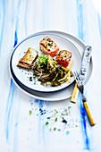 Kurz gegrillter Lachs mit Sobanudeln, Kimchi und schwarzem Sesam