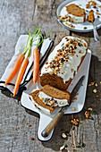 Bio-Karottenkuchen mit Trockenfrüchten, Nüssen und Zuckerglasur