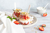 Schichtdessert im Glas mit Erdbeeren und Frischkäse