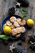 Weihnachtliche Zitronenplätzchen mit Schneeflockenmotiv