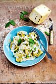 Ricotta-Spinat-Tortellini in Sahnesauce mit Pfeffer-Pecorino