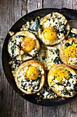 Gefüllte Brötchen mit Eiern, Spinat und Ziegenkäse