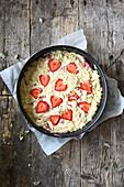 Ungebackener Erdbeer-Mandel-Kuchen in Springform