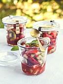 Sommerlicher Obstsalat mit Erdbeeren, Kiwi, Bananen und Chia