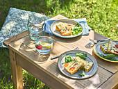 Mediterraner Gemüsekuchen auf sommerlichem Gartentisch im Freien
