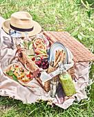 Picknickkorb auf der Wiese