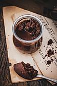 Schokoladencreme im Glas mit Kakaostreuseln