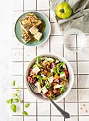 Sommersalat mit Tomaten, Nektarinen, Parmaschinken und geröstetem Feta