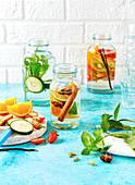 Infused Water aromatisiert mit Früchten, Gemüse und Kräutern