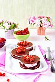 Schokoladen-Mille-Feuille mit Himbeermousse und Johannisbeeren