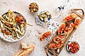 Bruschetta, Bätterteiggebäck, Artischocken und Knabbernüsse