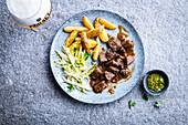 Rindfleischeintopf mit Kartoffelspalten und Chicorée