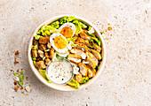 Caesar Salad mit Hühnerbrust, Croutons und Ei