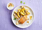 Lachssteak mit Blumenkohl-Kartoffel-Gemüse und Dip