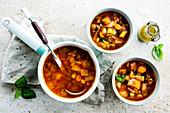 Gemüsesuppe mit Karotten, Fenchel und Basilikum