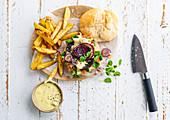 Portobello-Burger mit roten Zwiebeln dazu Kartoffelschnitze und Mayonnaise-Dip