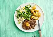 Rindersteak mit Kartoffeln und Feldsalat