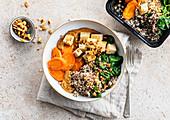 Quinoa-Bowl mit Tofu, Spinat und Karotten