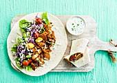 Wrap mit Fleisch, Gemüse und Joghurtdip