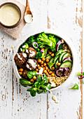 Quinoa-Bowl mit Falafel, Brokkoli, Gurken und Kichererbsen