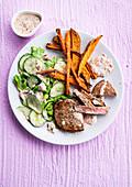 Rindersteak mit Süßkartoffelpommes und Gurkensalat