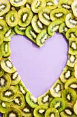Lila Herz geformt aus Kiwischeiben