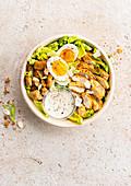 Caesar Salad mit Hähnchenbrust und gekochtem Ei