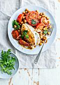 Hühnerbrust gefüllt mit Mozzarella dazu Tomaten und Kichererbsen