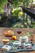 Verschiedene Käsesorten auf Tisch im Freien