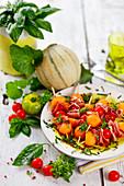 Melonenspieße mit Kirschtomaten und Schinken