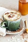 Pumpkin Spice Latte mit Kokosmilch und Honig