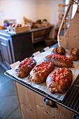 Brioche mit süßer Füllung in Boulangerie