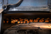 Baguettebrote in Holzofen einer Boulangerie