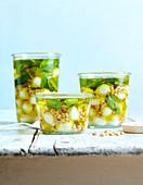 Eingelegter Mozzarella mit Olivenöl, Pinienkernen und Basilikum