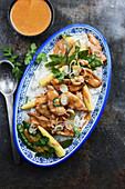 Rotes Enten-Curry mit Maiskölbchen und Zuckerschoten (Asien)