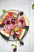 Wassermelonen-Pizza mit Oliven und Zwiebel