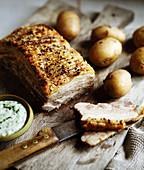 Schweinebauch mit Petersilie und Kartoffelsauce