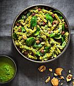 Grüne Nudeln und Spinat und Spirulina-Pesto