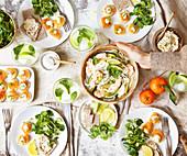 Gedeckter Tisch für ein gesundes ausgewogenes Brunch