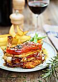 Geflügelbrust mit Speck und Tomaten