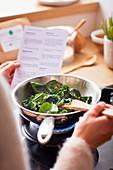 Spinat mit Pinienkernen nach Rezept in der Pfanne zubereiten