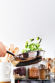 Grünes Gemüse in der Pfanne braten und schwenken