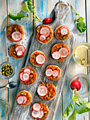 Menorquinische Aperitif-Häppchen mit Radieschen, Kapern und Tomaten