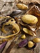Verschiedene Kartoffeln, ganz, halbiert und geschält