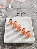 Rosa Macarons mit Balsamicoessig aus Modena zum Aperitif