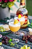 Rum-Cocktail mit Mango und Zitrone