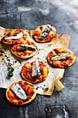 Mini-Pizzen al arrabiata mit Sardinen