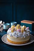 Zitronenkuchen mit Baiser und Macaron
