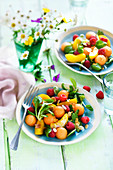 Sommerlicher Feldsalat mit Melone, Pfirsich und Himbeeren