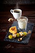 Panierter Camembert, Comté-Trauben-Spieß und Roquefort-Mousse zum Kaffee